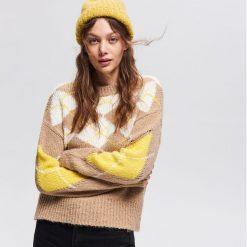 Sweter z geometrycznym wzorem - Beżowy. Brązowe swetry damskie Reserved. Za 119.99 zł.