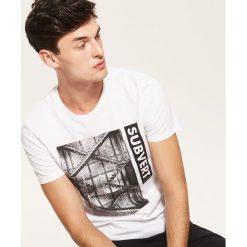 T-shirt z nadrukiem - Biały. T-shirty damskie marki DOMYOS. W wyprzedaży za 19.99 zł.