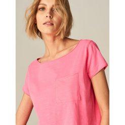 Koszulka z dekoltem typu łódka - Różowy. Czerwone t-shirty damskie Mohito, z dekoltem w łódkę. Za 29.99 zł.