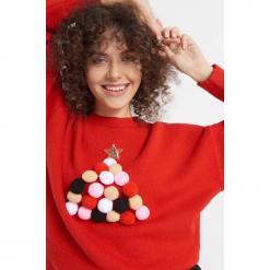 Sweter z aplikacją z pomponów. Czerwone swetry damskie Orsay, z dzianiny, z okrągłym kołnierzem. Za 119.99 zł.