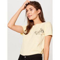 Bawełniana koszulka z nadrukiem - Żółty. Żółte bluzki damskie Mohito, z nadrukiem, z bawełny. Za 29.99 zł.