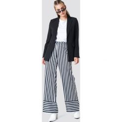 NA-KD Spodnie w paski z wysokim stanem - Multicolor. Szare spodnie materiałowe damskie NA-KD, w paski, z tkaniny. Za 161.95 zł.