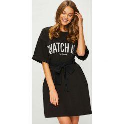 Answear - Sukienka Watch me. Szare sukienki damskie ANSWEAR, z nadrukiem, z bawełny, casualowe, z okrągłym kołnierzem, z krótkim rękawem. W wyprzedaży za 139.90 zł.