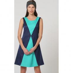 Sukienka w kolorze turkusowo-granatowym. Niebieskie sukienki damskie TrakaBarraka, z okrągłym kołnierzem. W wyprzedaży za 99.95 zł.