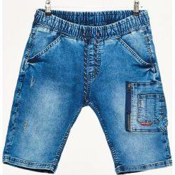 Jeansowe szorty z kieszenią cargo - Niebieski. Niebieskie szorty męskie Cropp, z jeansu. W wyprzedaży za 49.99 zł.