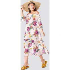 Trendyol Sukienka w kwiaty z odkrytymi ramionami - Beige,Multicolor. Brązowe sukienki damskie Trendyol, w kwiaty, z tkaniny. W wyprzedaży za 113.37 zł.