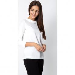 Biała strukturalna bluzka z półgolfem QUIOSQUE. Białe bluzki damskie QUIOSQUE, z dzianiny, klasyczne, bez kołnierzyka, z długim rękawem. Za 129.99 zł.