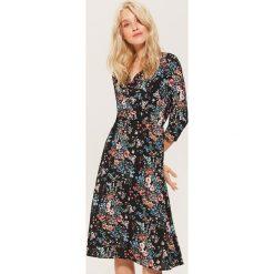 Kopertowa sukienka w kwiaty - Wielobarwn. Szare sukienki damskie House, w kwiaty, z kopertowym dekoltem. Za 129.99 zł.
