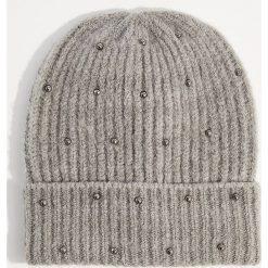 Czapka z metalowymi koralikami - Szary. Szare czapki i kapelusze damskie Mohito. Za 39.99 zł.
