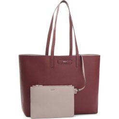 Torebka DKNY - Brayden R83AZ756 Blood Rd/Wr Gry ZOG. Czerwone torebki do ręki damskie DKNY, ze skóry ekologicznej. Za 849.00 zł.