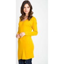 Musztardowy długi sweter z dekoltem w serek QUIOSQUE. Różowe swetry damskie QUIOSQUE, na jesień, z jeansu, z dekoltem w serek. W wyprzedaży za 49.99 zł.