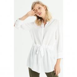 Koszula z wiązaniem w talii - Biały. Białe koszule damskie Sinsay. Za 59.99 zł.