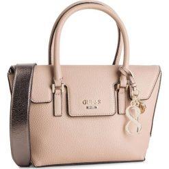 Torebka GUESS - HWMG71 72050 TAN. Brązowe torebki do ręki damskie Guess, z aplikacjami, ze skóry ekologicznej. Za 559.00 zł.