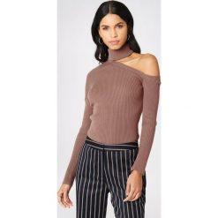 NA-KD Sweter z półgolfem i wycięciem na ramieniu - Brown,Pink. Brązowe swetry damskie NA-KD, z bawełny. W wyprzedaży za 80.98 zł.