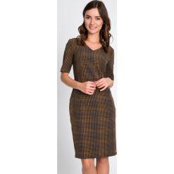 Prosta sukienka z zamkami na biodrach QUIOSQUE. Szare sukienki damskie QUIOSQUE, na jesień, z dzianiny, biznesowe, z dekoltem w serek. W wyprzedaży za 79.99 zł.