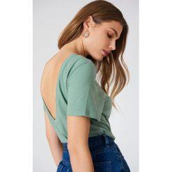NA-KD Basic T-shirt z odkrytymi plecami - Green. Zielone t-shirty damskie NA-KD Basic, z bawełny, z dekoltem na plecach. W wyprzedaży za 26.48 zł.