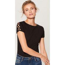 42c62c17b49d2b ... odzież damska ze sklepu Mohito - Kolekcja wiosna 2019. -25%. Koszulka z  wycięciem na rękawach - Czarny. Czarne t-shirty damskie marki Mohito.