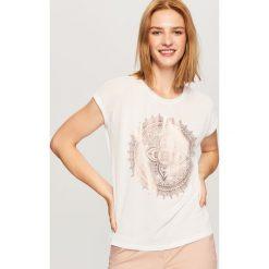 T-shirt z błyszczącym nadrukiem - Biały. T-shirty damskie marki DOMYOS. W wyprzedaży za 29.99 zł.