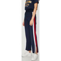 Tommy Jeans - Spodnie. Szare jeansy damskie Tommy Jeans. Za 399.90 zł.
