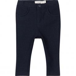 """Spodnie """"Redda"""" w kolorze granatowym. Niebieskie spodnie materiałowe dla dziewczynek Name it Baby, z bawełny. W wyprzedaży za 49.95 zł."""