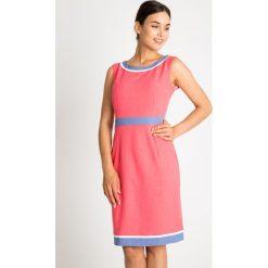 Koralowa sukienka z niebieskimi wstawkami QUIOSQUE. Niebieskie sukienki damskie QUIOSQUE, na lato, w paski, eleganckie, z klasycznym kołnierzykiem, bez rękawów. W wyprzedaży za 99.99 zł.