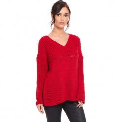 """Sweter """"Igal"""" w kolorze czerwonym. Czerwone swetry damskie Cosy Winter, ze splotem, z asymetrycznym kołnierzem. W wyprzedaży za 159.95 zł."""