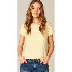Koszulka z dekoltem typu łódka - Żółty. Żółte bluzki damskie Mohito, z dekoltem w łódkę. Za 29.99 zł.