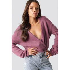 NA-KD Trend Sweter z kopertowym dekoltem - Pink. Różowe swetry damskie NA-KD Trend, z elastanu, z kopertowym dekoltem. Za 121.95 zł.