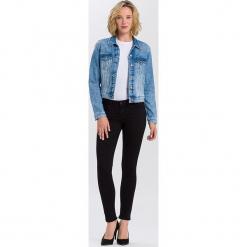 """Dżinsy """"Adriana"""" - Skinny fit - w kolorze czarnym. Czarne jeansy damskie Cross Jeans. W wyprzedaży za 113.95 zł."""