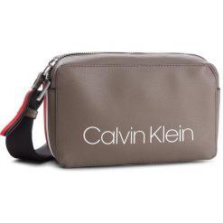 Torebka CALVIN KLEIN - Collegic Small Cross K60K604454 002. Brązowe listonoszki damskie Calvin Klein, z materiału. Za 349.00 zł.