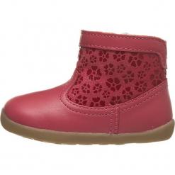 Skórzane botki w kolorze czerwonym. Czerwone botki dziewczęce Bobux. W wyprzedaży za 135.95 zł.