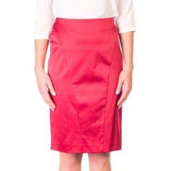 Spódnica satynowa prosta z przeszyciem QUIOSQUE. Czerwone spódnice damskie QUIOSQUE, z satyny, retro. W wyprzedaży za 26.00 zł.
