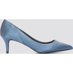 NA-KD Shoes Satynowe czółenka na średnim obcasie - Blue. Czółenka damskie marki bonprix. W wyprzedaży za 64.78 zł.