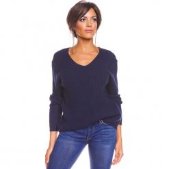 """Sweter """"Carmen"""" w kolorze granatowym. Niebieskie swetry damskie So Cachemire, z kaszmiru, z kołnierzem typu carmen. W wyprzedaży za 173.95 zł."""