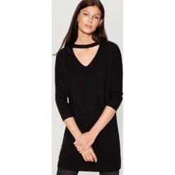 Długi sweter z chokerem - Czarny. Swetry damskie marki bonprix. W wyprzedaży za 79.99 zł.