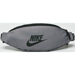 Nike Sportswear - Nerka. Szare walizki męskie Nike Sportswear, w paski, z materiału. Za 79.90 zł.