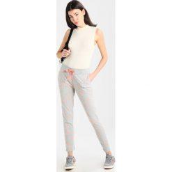 Juvia PLANET AND STAR  Spodnie treningowe grey melange/neon peach. Spodnie sportowe damskie Juvia, z bawełny. Za 499.00 zł.