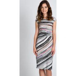 Taliowana sukienka w paski QUIOSQUE. Sukienki damskie QUIOSQUE, z nadrukiem, z dzianiny, wizytowe. W wyprzedaży za 139.99 zł.