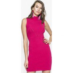 Guess Jeans - Sukienka Kate. Różowe sukienki damskie Guess Jeans, z aplikacjami, z dzianiny, casualowe. W wyprzedaży za 269.90 zł.
