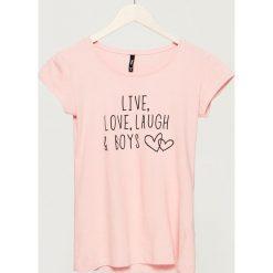 T-shirt z napisem - Różowy. Czerwone t-shirty damskie Sinsay, z napisami. Za 9.99 zł.