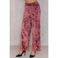 NA-KD Party Rozszerzane spodnie z aksamitu - Pink. Różowe spodnie materiałowe damskie NA-KD Party, z poliesteru. Za 60.95 zł.