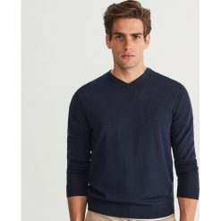Sweter z wełny merynosa - Granatowy. Niebieskie swetry przez głowę męskie Reserved, z wełny. Za 129.99 zł.