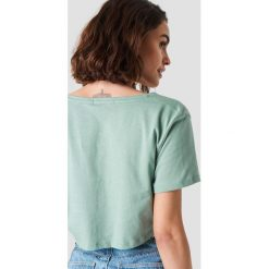 NA-KD Basic Krótki T-shirt z dekoltem V - Green. Zielone t-shirty damskie NA-KD Basic, z bawełny. W wyprzedaży za 20.48 zł.