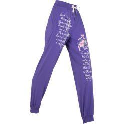 Spodnie sportowe, długie bonprix hiacyntowy z nadrukiem. Fioletowe spodnie dresowe damskie bonprix, z nadrukiem. Za 89.99 zł.