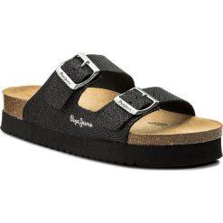 Klapki PEPE JEANS - Oban Blim PLS90327 Black 999. Czarne klapki damskie Pepe Jeans, z jeansu. W wyprzedaży za 179.00 zł.