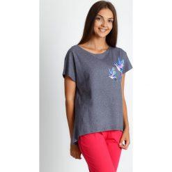 Szaro-koralowa trzyczęściowa piżama QUIOSQUE. Pomarańczowe piżamy damskie QUIOSQUE, w kolorowe wzory, z bawełny, z krótkim rękawem. Za 119.99 zł.