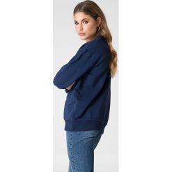 NA-KD Basic Bluza basic z dekoltem V - Navy. Niebieskie bluzy damskie NA-KD Basic. W wyprzedaży za 50.48 zł.