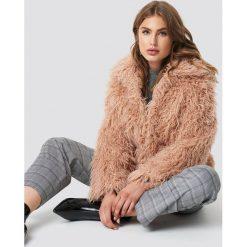 NA-KD Trend Krótka kurtka sztuczne futro - Pink. Różowe kurtki damskie NA-KD Trend, z futra. Za 283.95 zł.