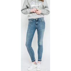 Wrangler - Jeansy. Niebieskie jeansy damskie Wrangler. W wyprzedaży za 219.90 zł.