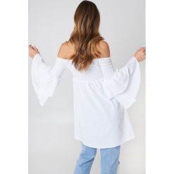 Debiflue x NA-KD Tunika z odkrytymi ramionami - White. Białe tuniki damskie Debiflue x NA-KD, z bawełny. Za 133.95 zł.
